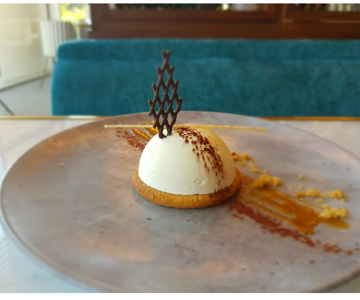 <h3 class='prettyPhoto-title'>WHITE CHOCOLATE FOAM</h3><br/>Dome of White chocolate on its crispy shortbread and salted butter caramel