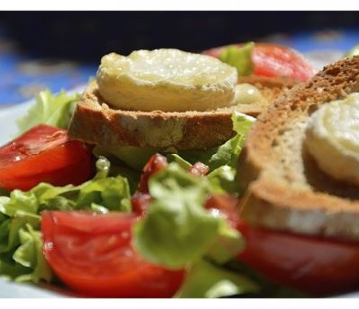 <h6 class='prettyPhoto-title'>Warm goat cheese salad (14.00€)</h6>